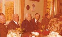im Jägerheim v.L: Hoffmanns Karl, Hoffmanns Wilhelm mit Martha und Däjeses Pappe.
