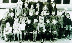 1949  kath. 1.Reihe von li.: Fritz Büdenbender, Margret Büdenbender, Manfred Hinkel, Walter Kringe, ? Caspari, Manfred Drescher, Bernd Drescher, Brigitte Draga. 2. Reihe: ?, Benno Grooß, Manfred Heinemann, Werner Heinemann, Giesela Kringe, Irmgard Hinkel, Margret Büdenbender, ?, ?, ?, Klaus Naschwitz. 3.Reihe: Karl Kölsch, Lehrer Gögen, Hans Kölsch, Paul Klein, Giesela Läppler, x Schulz, x Scholz, Berthold Grooß, x Schulz. 4.Reihe: Otto Weber, Ida Kringe, Arnold x, Margret x, Erich (Helmes), Giesela Grooß