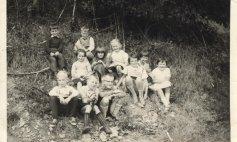 """1962 Schueler die """"Kleinen"""" kath. u. ev. bei einer Wanderung"""
