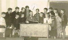 Lehrer Raulf, dahinter nach links Hirte Margred und Äckerts Giesela, nach rechts Äckerts Walter und Manfred Hinkel